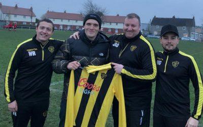 Ben Barlow de Neck Deep firmó con un equipo de futbol