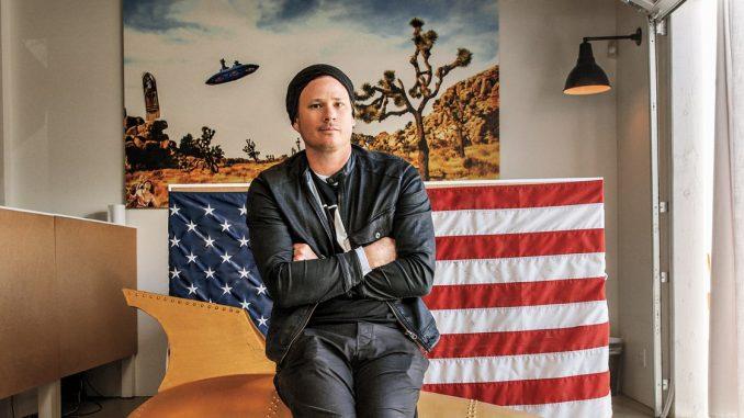 Tom DeLonge conducirá serie sobre UFOs y habla sobre su partida de Blink-182