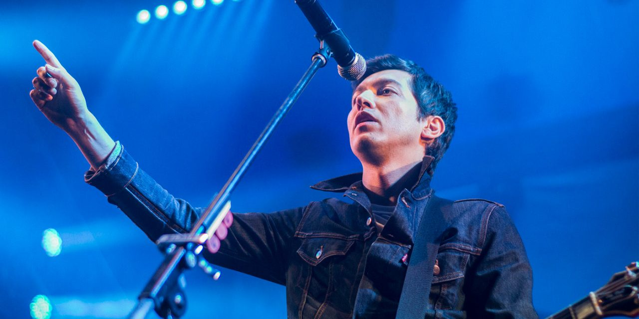 Javier Blake tocó dos covers de Ramones durante transmisión en vivo